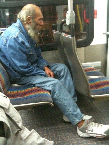 Touching Moments-Passenger gives shoes to homeless