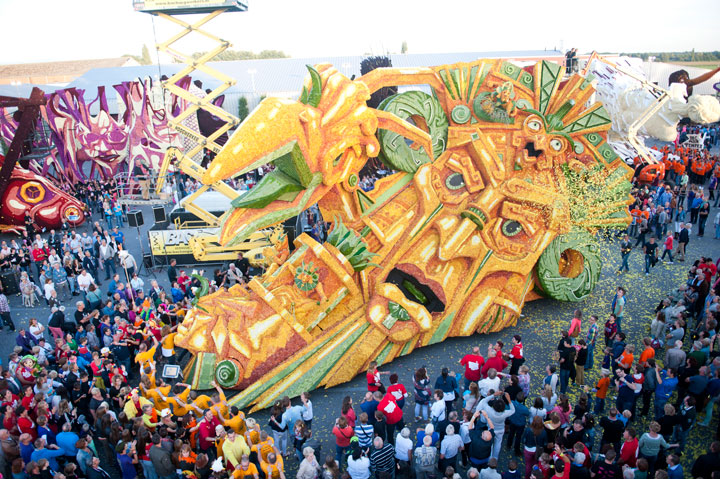 Incredible Floral Sculptures From world's Largest Flower Parade in Netherland