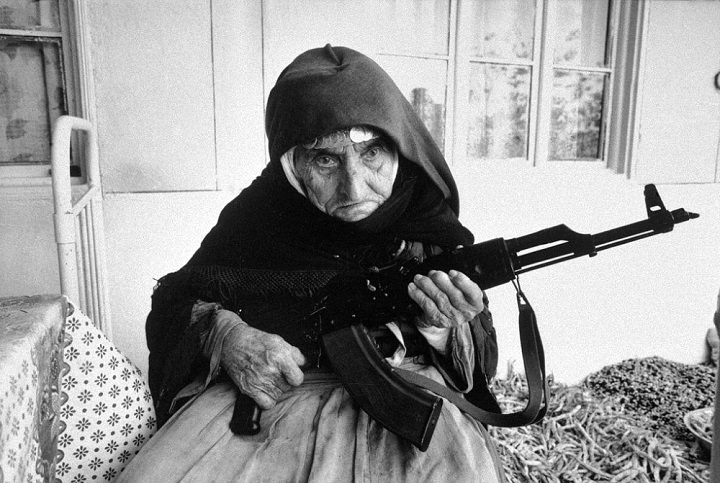 An Armenian of 106 years guarding her house in 1990