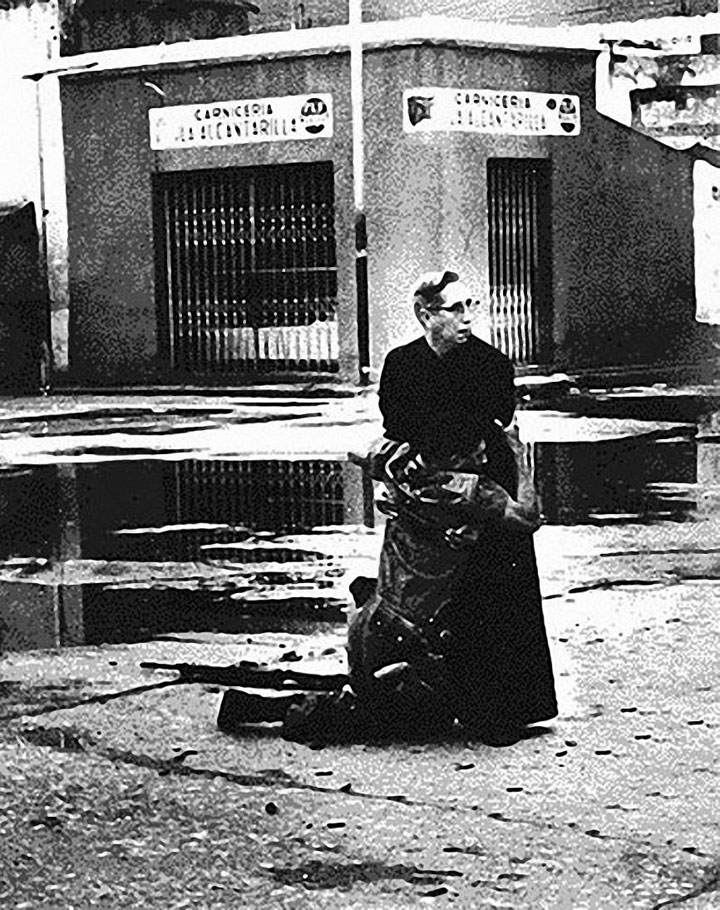 The priest Luis Maria Padilla helping a wounded soldier in Venezuela