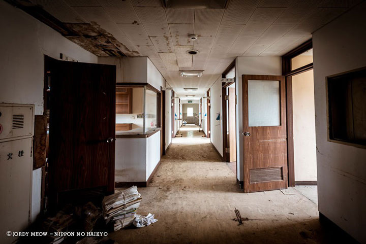 A hospital abandoned in 1998-Abandoned Places That Will Remind You Of Forgotten Japan-2