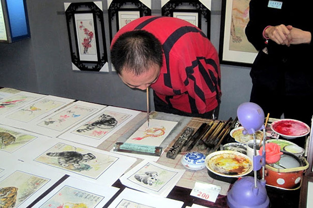 A Chinese Artist Uses Only His Feet and Mouth To Draw Beautiful Paintings-1