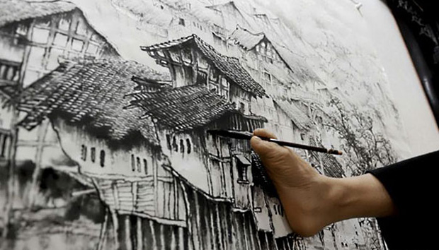 A Chinese Artist Uses Only His Feet and Mouth To Draw Beautiful Paintings-2