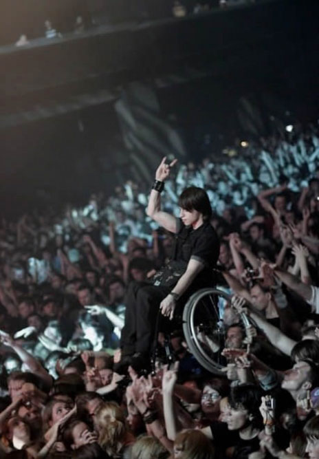 The crowd that allows a young wheelchair to participate actively in concert-Emotional Charged Photographs That Prove That Humanity Is Not Yet Lost-15
