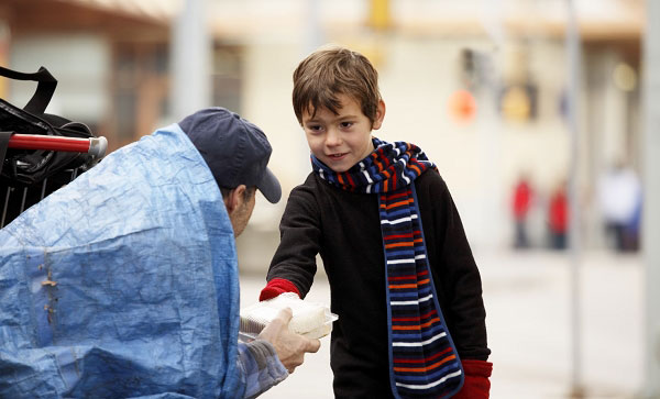 This little boy gives a sandwich to a homeless person on the street-Emotional Charged Photographs That Prove That Humanity Is Not Yet Lost-18