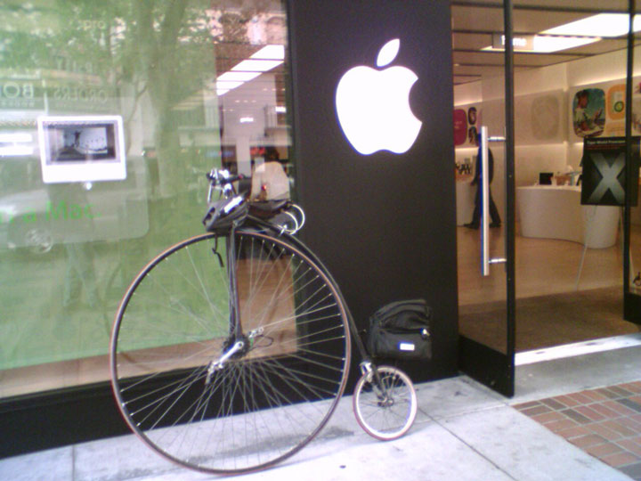 The person who parks his bike near an apple store-25 extreme Hipsters of modern times-4