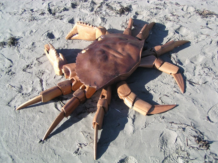 . A crab-Jeffro makes impressive sculptures made only with wood-13