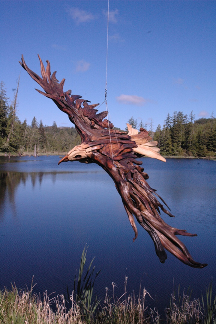 An eagle in flight-Jeffro makes impressive sculptures made only with wood-16