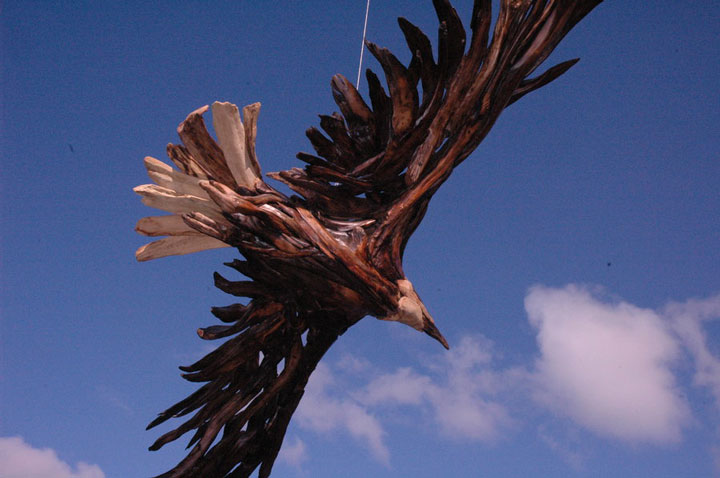 An eagle in flight-Jeffro makes impressive sculptures made only with wood-17