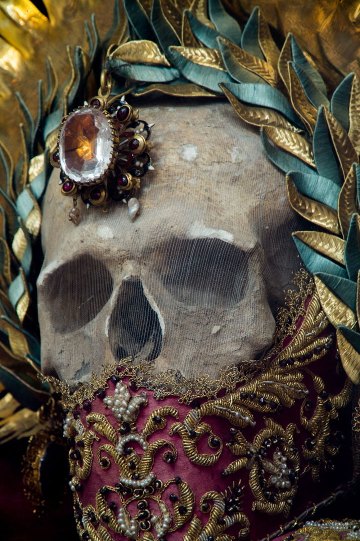 Macabre Art: 19 Skeletons Adorned With Lavish Jewelry In European Churches-10