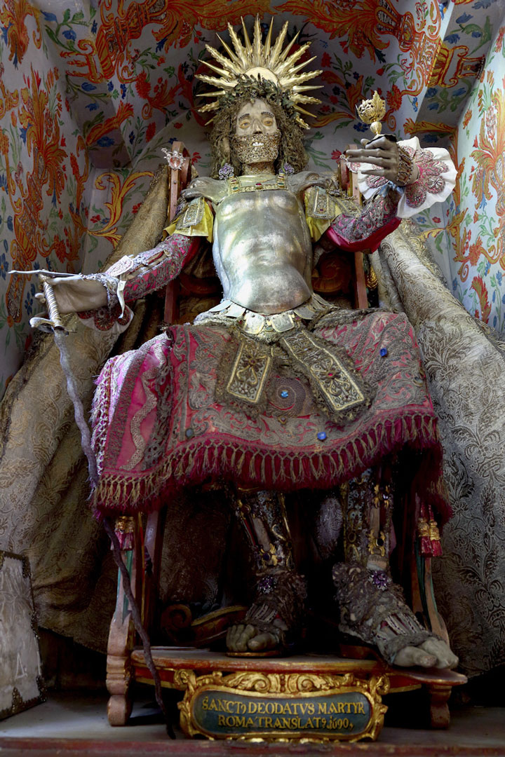 Macabre Art: 19 Skeletons Adorned With Lavish Jewelry In European Churches-11