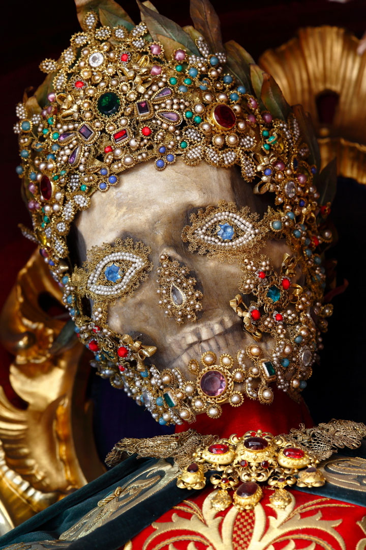 Macabre Art: 19 Skeletons Adorned With Lavish Jewelry In European Churches-6