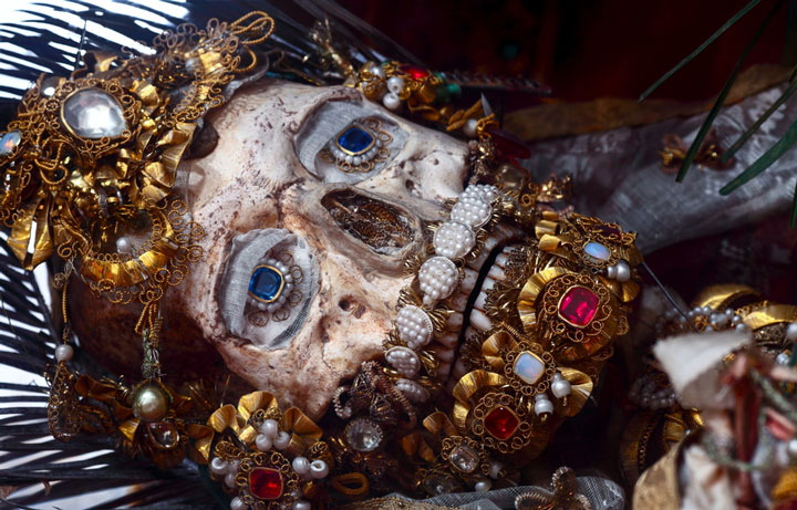 Macabre Art: 19 Skeletons Adorned With Lavish Jewelry In European Churches-9