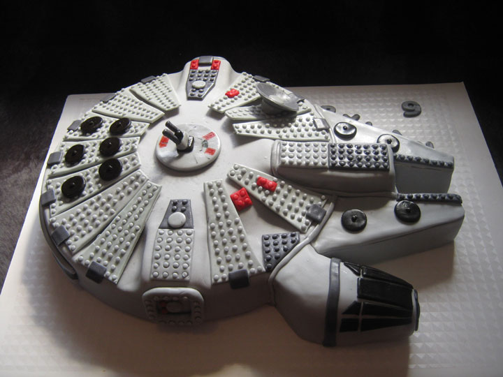The Millennium Falcon cake, still in the Star Wars saga-Original Cake Designs For The Passionate Of Geek Culture -3