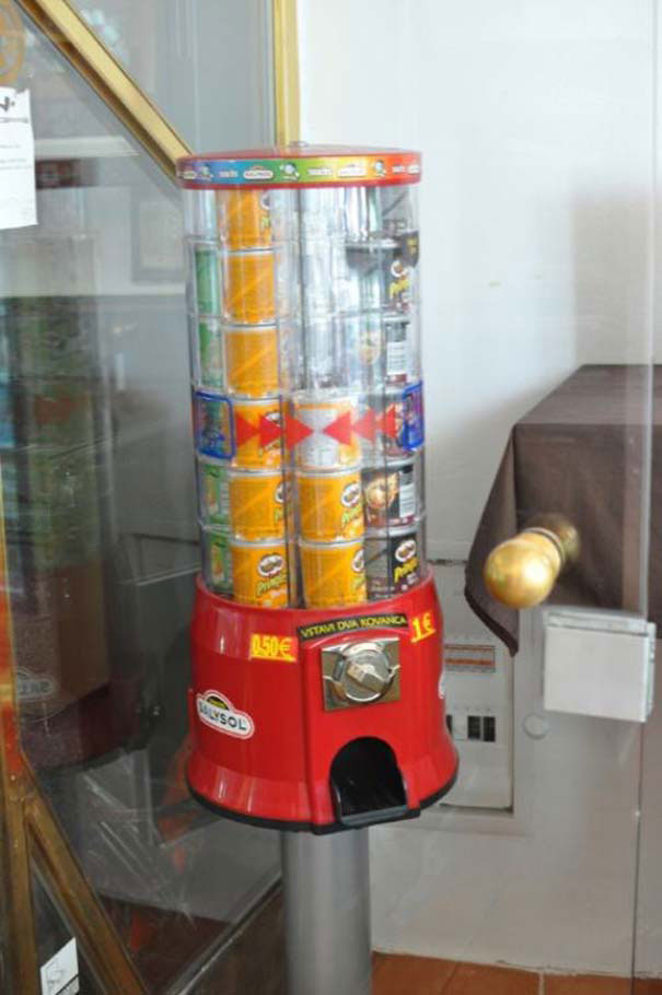 Strange Vending Machines -19-Vending machine of Pringles