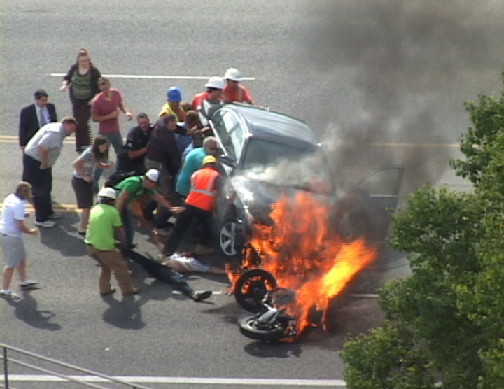 These passers join the police to lift the car on fire-