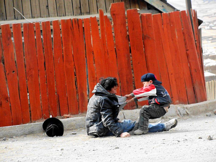 An alcoholic father and his son-Most Touching Photographs-10