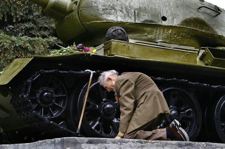 A former Russian tank soldier finding the Tank used by him during the Second World War-Most Touching Photographs-12