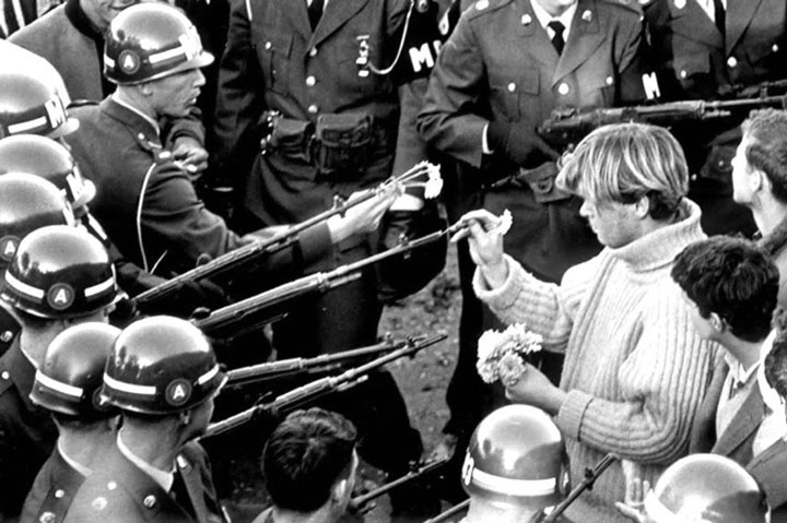 A protester placing flowers in the gun of a soldier. This photo was taken on Oct. 21, 1967 during a march to the Pentagon. -Most Touching Photographs-13