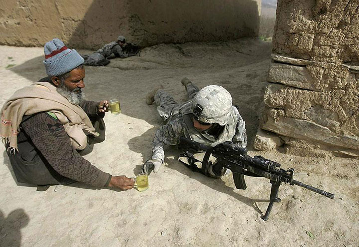 Afghan offering tea to American soldiers fighting on the ground of his ancestors-Most Touching Photographs-15