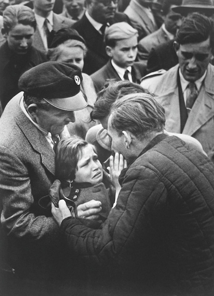 A German prisoner of World War II meets his daughter. The child had not seen his father since the age of one year.-Most Touching Photographs-27