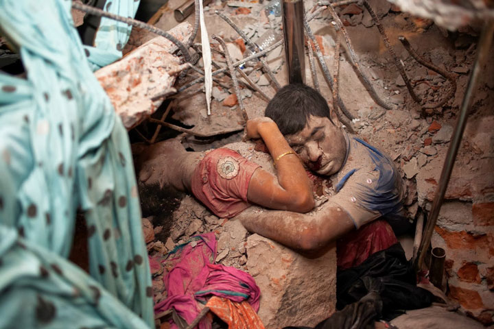 A couple hugging until their last breath. They were found dead in the rubble after the collapse of a factory-Most Touching Photographs-6