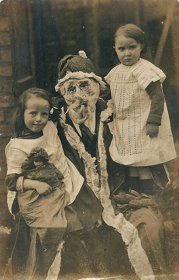 Discover The 23 Most Creepy Santa Photos From The Past-12