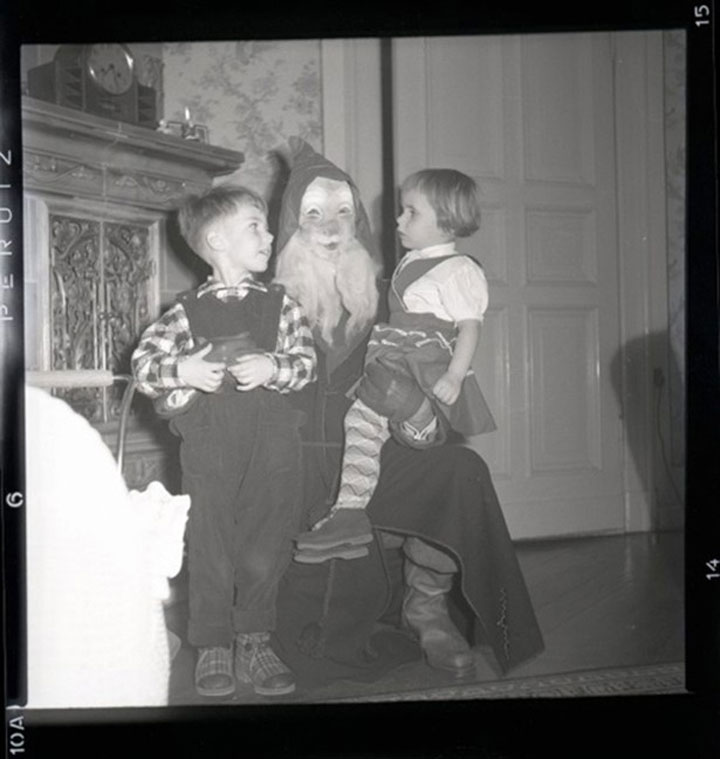 Discover The 23 Most Creepy Santa Photos From The Past-14