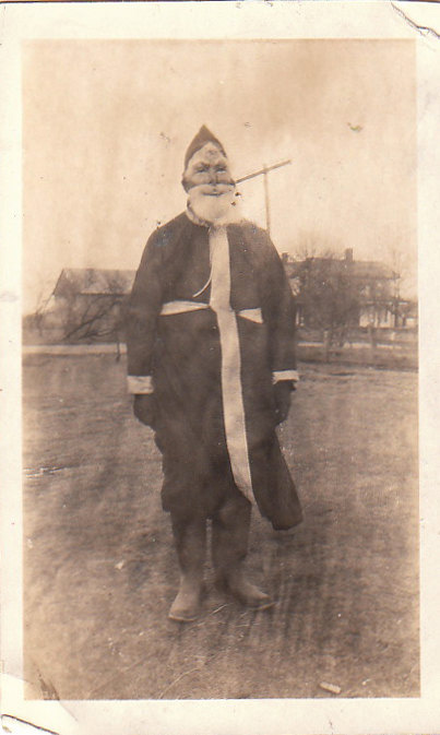 Discover The 23 Most Creepy Santa Photos From The Past-16