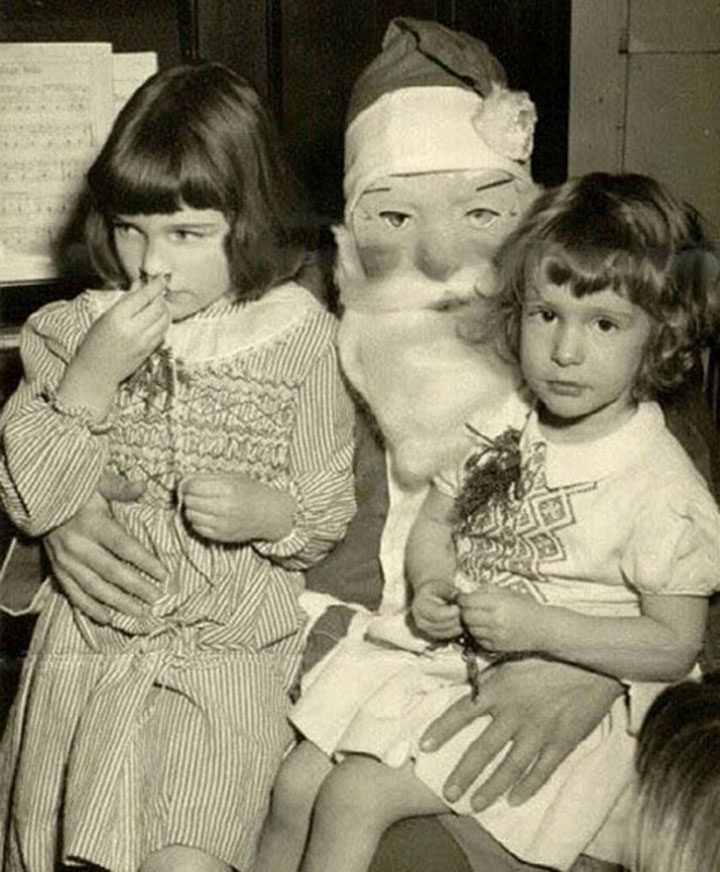Discover The 23 Most Creepy Santa Photos From The Past-17
