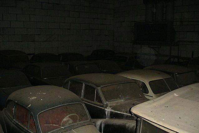 A retired couple finds a tresure in a farmhouse, a collection of vintage cars-19