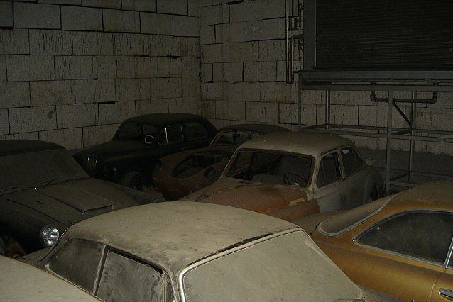 A retired couple finds a tresure in a farmhouse, a collection of vintage cars-23