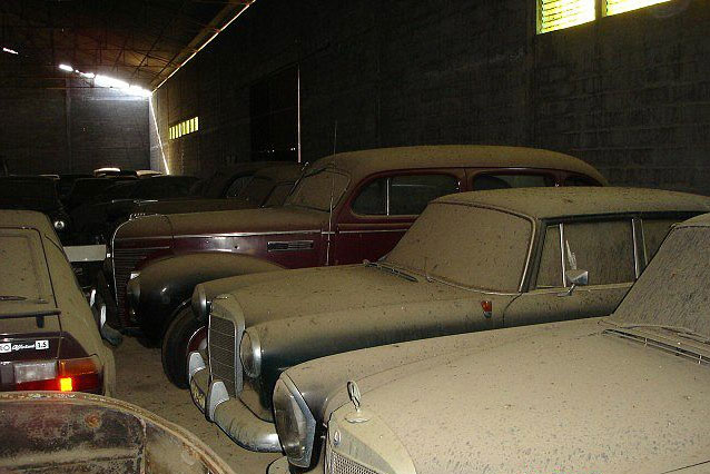 A retired couple finds a tresure in a farmhouse, a collection of vintage cars-25