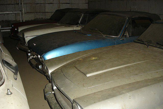 A retired couple finds a tresure in a farmhouse, a collection of vintage cars-5