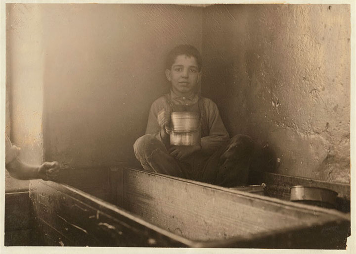 Lunch break in River Fall, Massachusetts-20 Photographs Showing The Child Labor Conditions In Early Twentieth Century-11