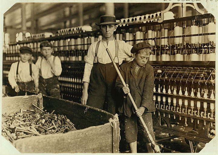 Boys doing cleaning in Lancaster, South Carolina-20 Photographs Showing The Child Labor Conditions In Early Twentieth Century-7