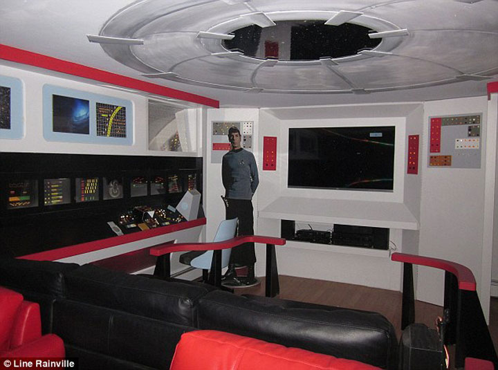 A Fan Of Star Trek Spends $30,000 Transform Her Apartment Into A Star Trek Ship-2