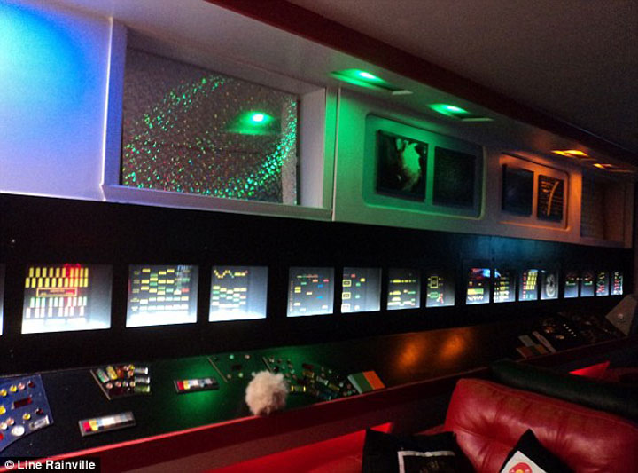 A Fan Of Star Trek Spends $30,000 Transform Her Apartment Into A Star Trek Ship-3