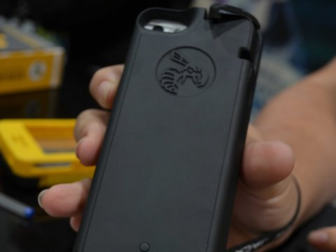 """Yellow Jacket"" Smartphone Case Can Act As A 650000 Volts Stun Gun Against Agressors-1"