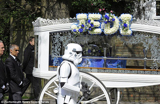 Parents Fulfill Last Desire Of Their 4 Year Old Son By Offering Him A superb Star Wars Funeral-2