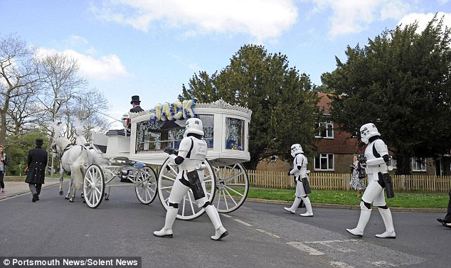 Parents Fulfill Last Desire Of Their 4 Year Old Son By Offering Him A superb Star Wars Funeral-3