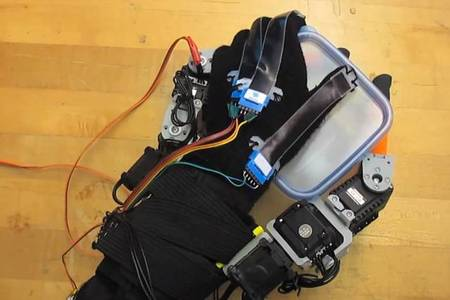 MIT Scientists Develop A Hybrid Human-Robotic hand With Seven Fingers-