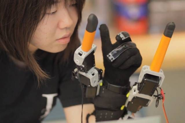 Japanese Scientists Develop A Hybrid Human-Robotic hand With Seven Fingers-1