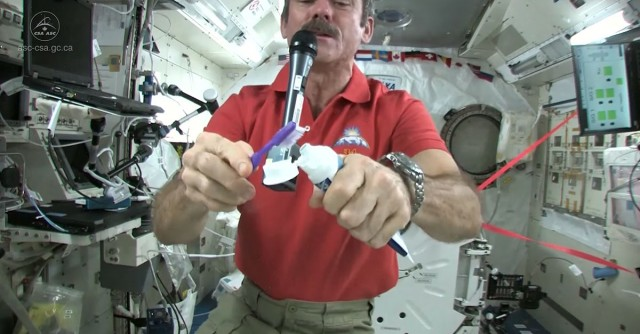 How an astronaut brushes his teeth