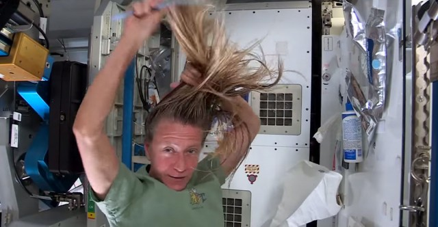 How an astronaut washes his hair