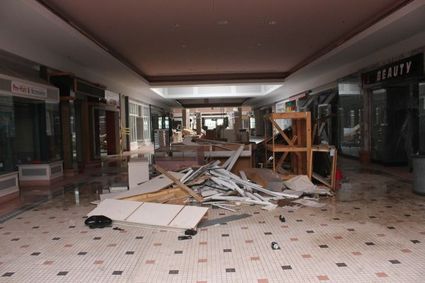 Cloverleaf Mall - Richmond, Virginia-Top 9 Most Surreal Abandoned American Shopping Centers-17