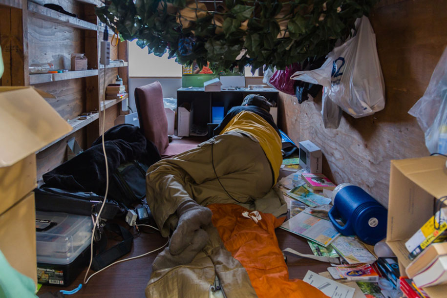 Stunning Images Of People Living In Very Small Rooms In Japan-