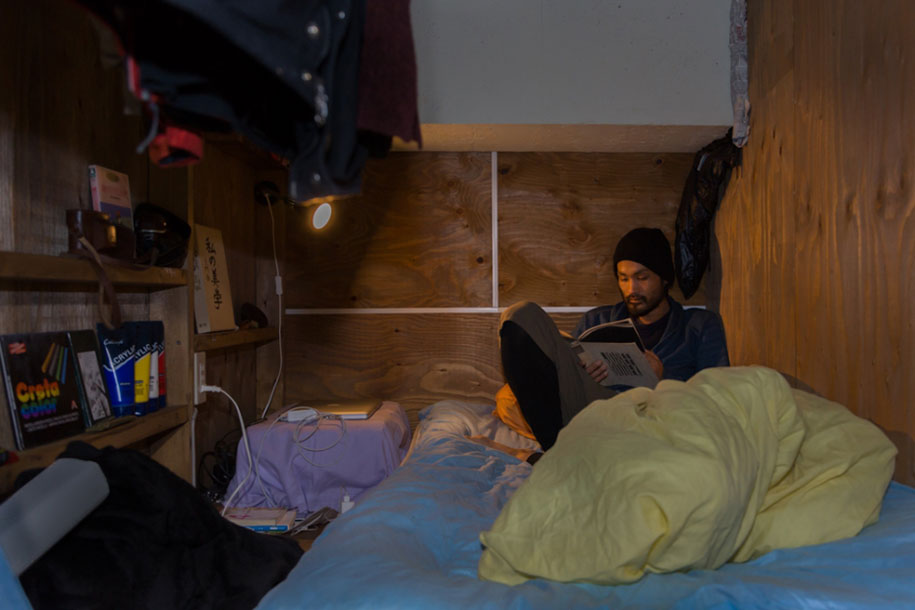 Stunning Images Of People Living In Very Small Rooms In Japan-4