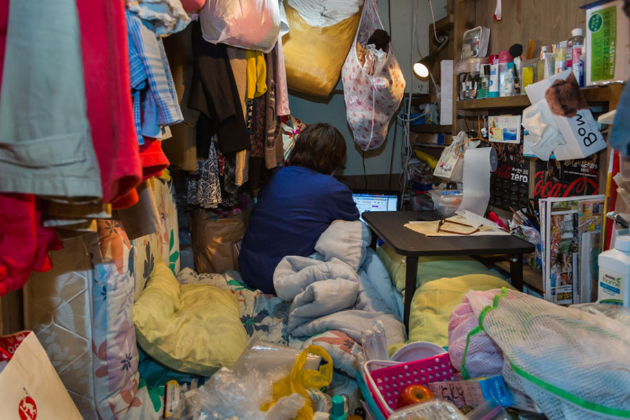 Stunning Images Of People Living In Very Small Rooms In Japan-6