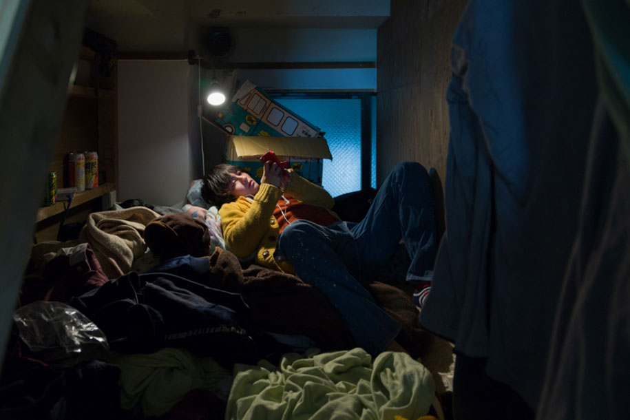 Stunning Images Of People Living In Very Small Rooms In Japan-7